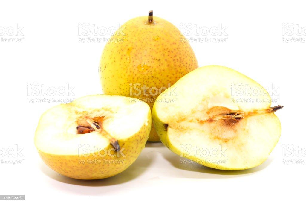 Deux jaunes mûrs organique des poires fraîches et moitié poire - Photo de Agriculture libre de droits