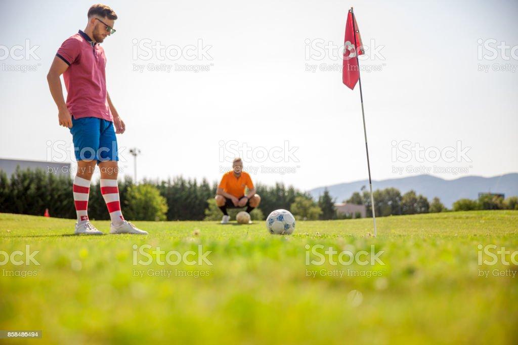 Zwei junge Sportler spielen Fußballgolf - Lizenzfrei Athlet Stock-Foto