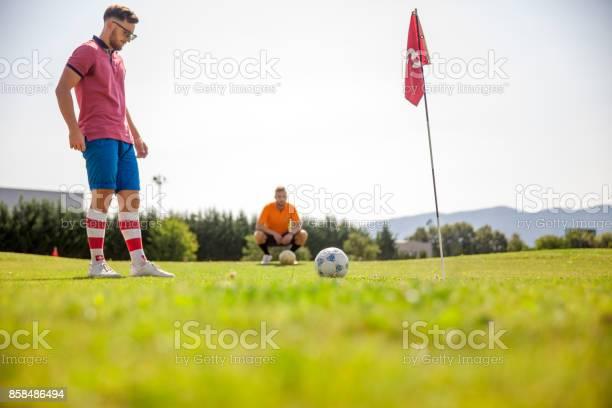 Zwei Junge Sportler Spielen Fußballgolf Stockfoto und mehr Bilder von Footgolf