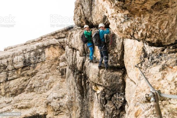 Zwei Junge Attraktive Männliche Bergsteiger Auf Sehr Exponierten Klettersteig In Den Dolomiten Italien Stockfoto und mehr Bilder von Abenteuer