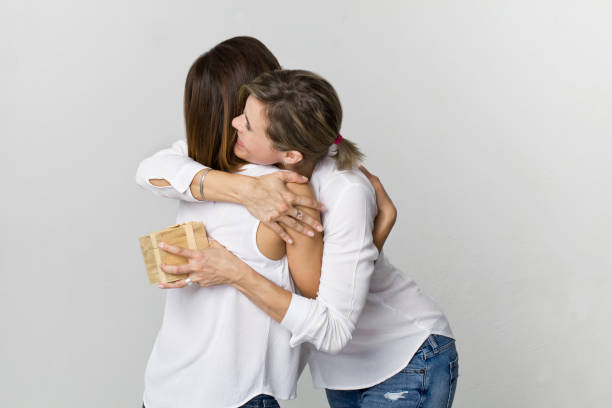 Zwei junge schöne Frau mit Umarmung und Gegenwart. Alles Gute zum Geburtstag – Foto