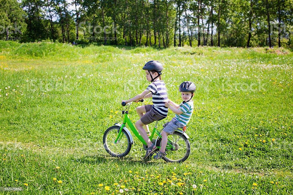 Два молодых велосипедист на велосипеде стоковое фото