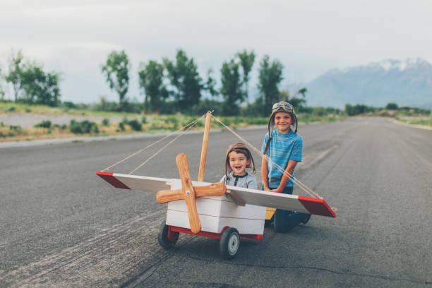 Zwei Jungen fliegen Spielzeugflugzeug – Foto