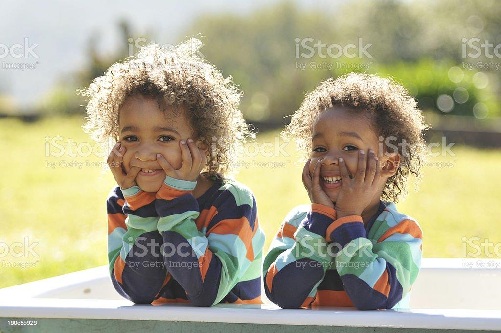 Zwei junge gemischte Rennen Kinder in der Badewanne – Foto