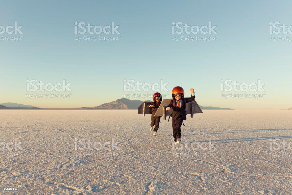 Zwei junge Unternehmer tragen Jet-Packs – Foto
