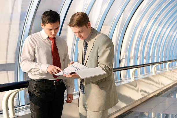 Zwei junge Geschäftsleute auf Tagung – Foto