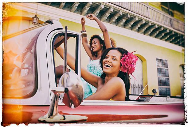 dos joven mujer viajando en cuba caribe - mujeres dominicanas fotografías e imágenes de stock