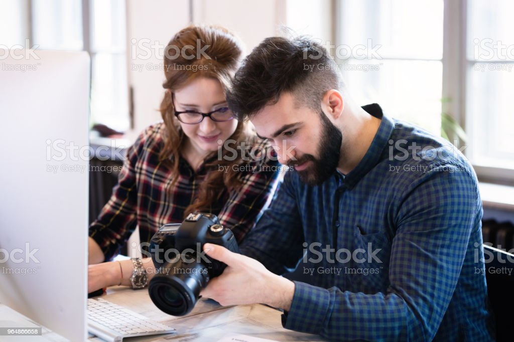 兩位年輕的設計師在現代辦公室工作 - 免版稅一起圖庫照片