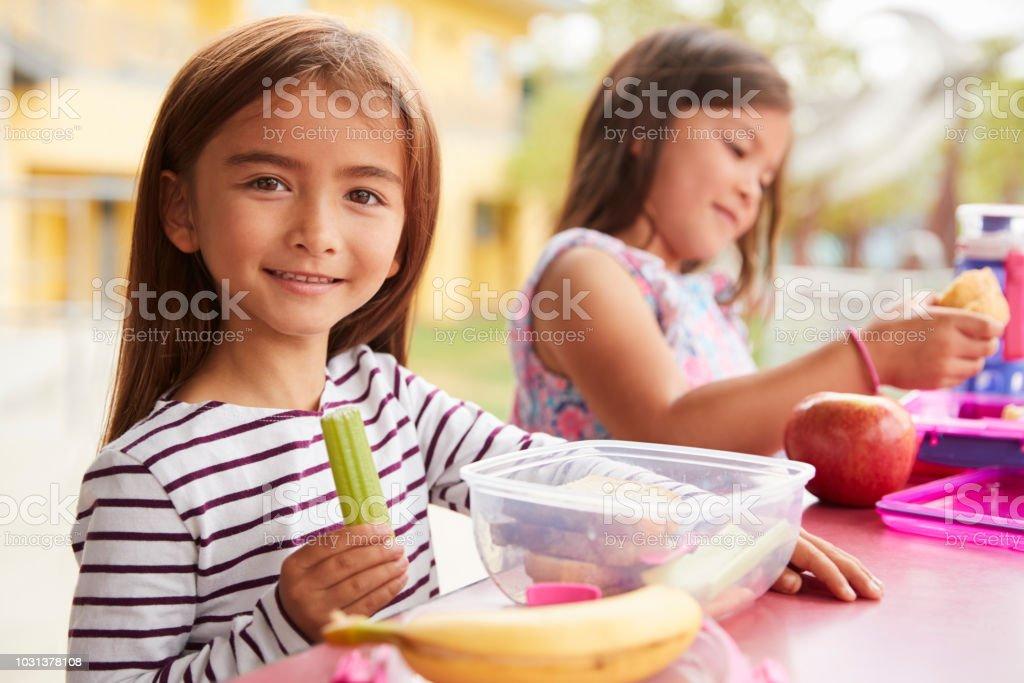 3715e4046 Cerca De Dos Niñas Comiendo Almuerzos En La Escuela Foto de stock y ...
