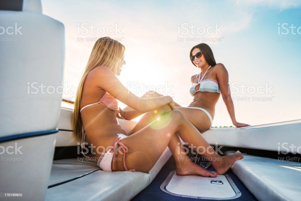 Zwei junge Mädchen im bikini auf dem Schnellboot. – Foto