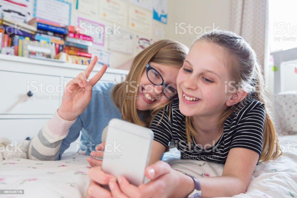 Zwei Junge Mädchen Posieren Für Selfie Im Schlafzimmer Lizenzfreies  Stock Foto