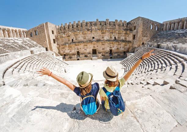 Zwei junge Mädchen Student Reiseleiter genießen eine Tour durch das alte griechische Amphitheater – Foto