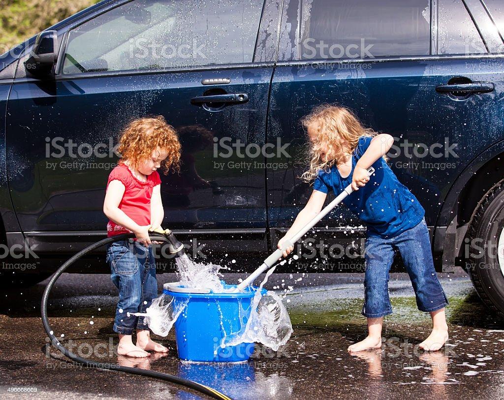 Zwei junge Mädchen Waschen Auto – Foto