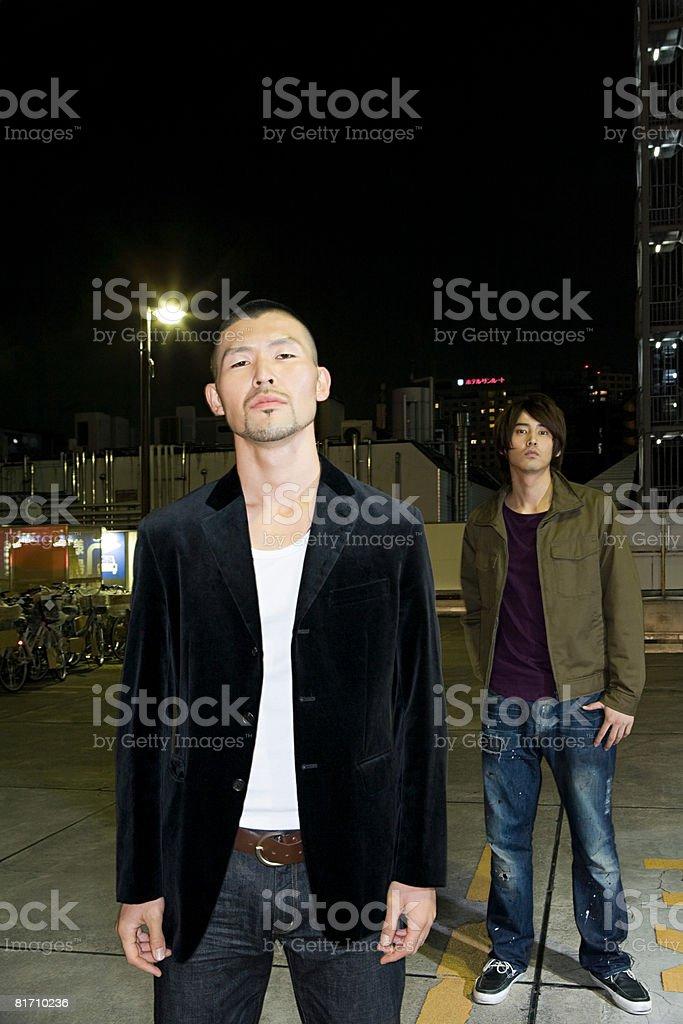 2 つの若い男性の夜 ロイヤリティフリーストックフォト