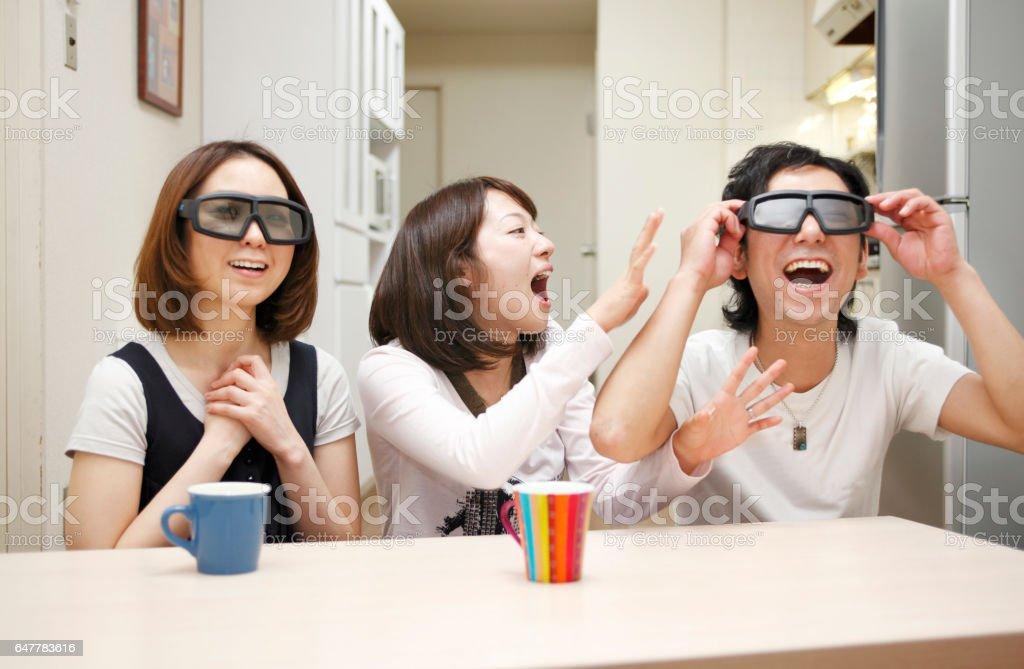 3 deux jeunes femmes japonaises portant des lunettes et des hommes japonais - Photo