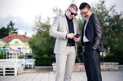 Twee Jonge Man Kijkend Naar Mobiele Telefoon Stockfoto en meer beelden van 18-19 jaar