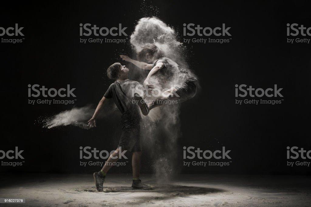 Zwei junge Männer in einem weißen Staub springen cloud-Ansicht – Foto