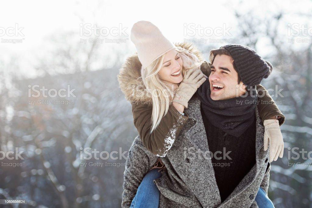 Zwei junge Menschen im Schnee genießen – Foto