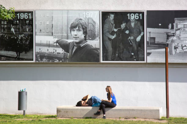 two young people resting at the bernauer strasse memorial - berlin wall imagens e fotografias de stock