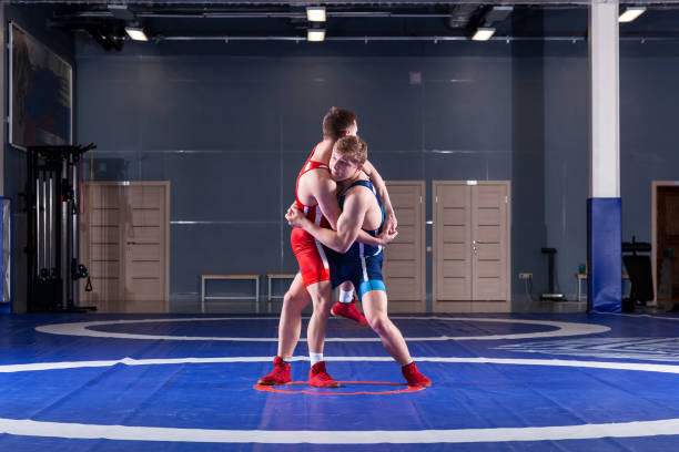 İki genç sportsmens güreşçileri stok fotoğrafı
