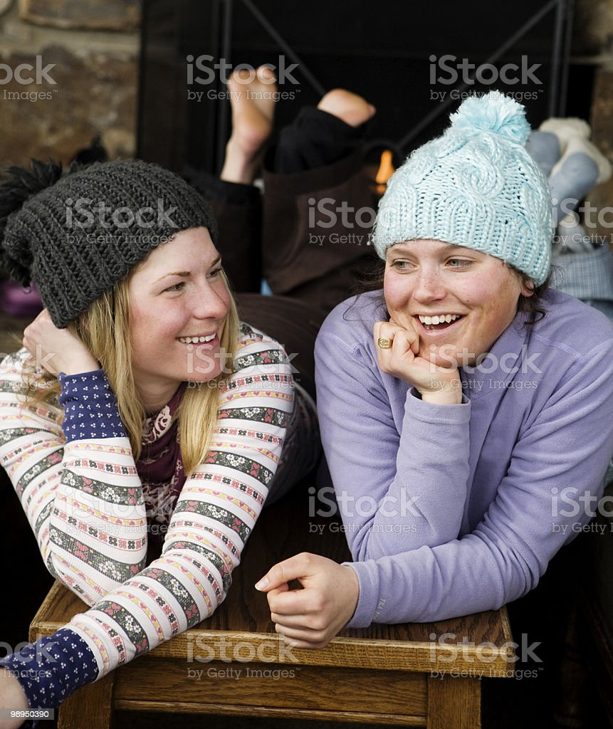 Two young woman talking. foto de stock libre de derechos