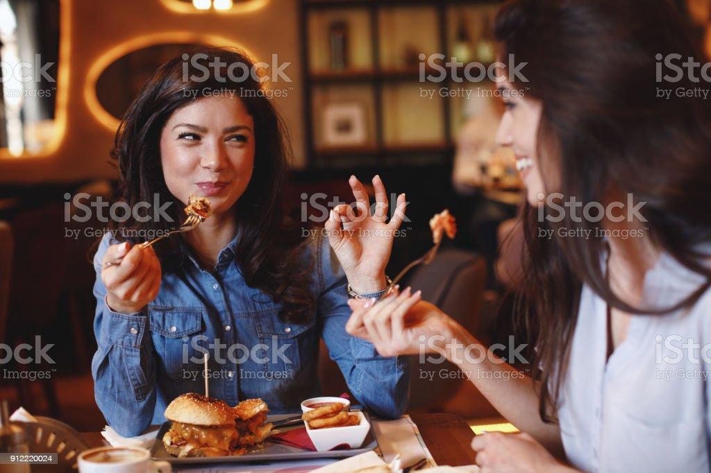 Zwei junge Frauen bei einem Mittagessen in einem restaurant – Foto