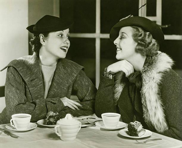 2 つの若い女性がおしゃべり、コーヒーとケーキ、(b &w - 1930~1939年 ストックフォトと画像