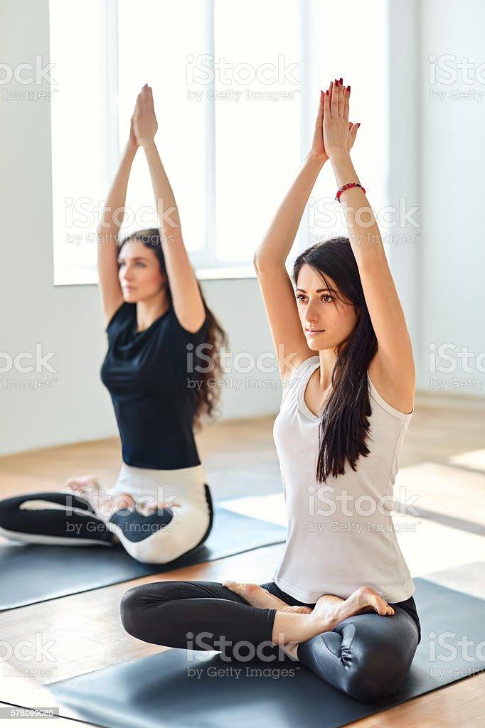 Two young women doing yoga asana Mountain Pose – Foto