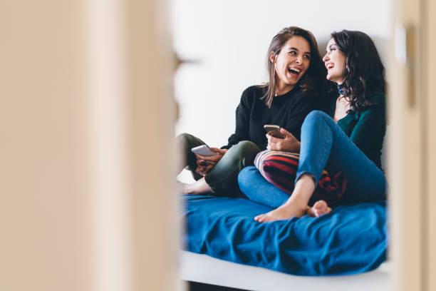 兩位年輕女性朋友一起分享快樂時光 - 少女 個照片及圖片檔