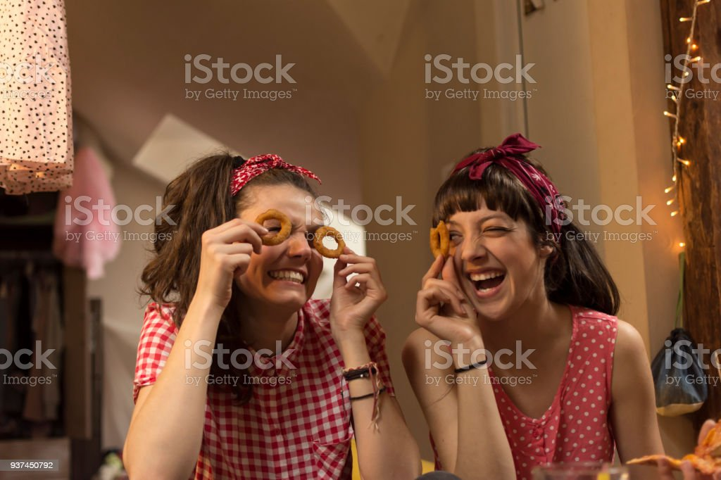 Two young women having dinner - fotografia de stock