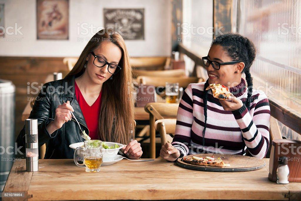 Deux jeunes femmes ayant pause déjeuner au restaurant - Photo