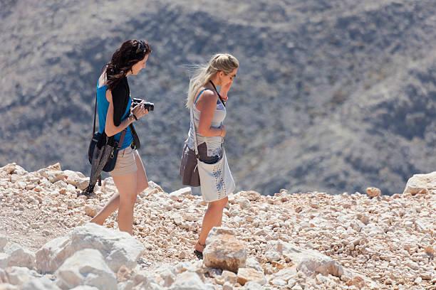 zwei junge frauen hiking in der stier-gebirge - gntm stock-fotos und bilder