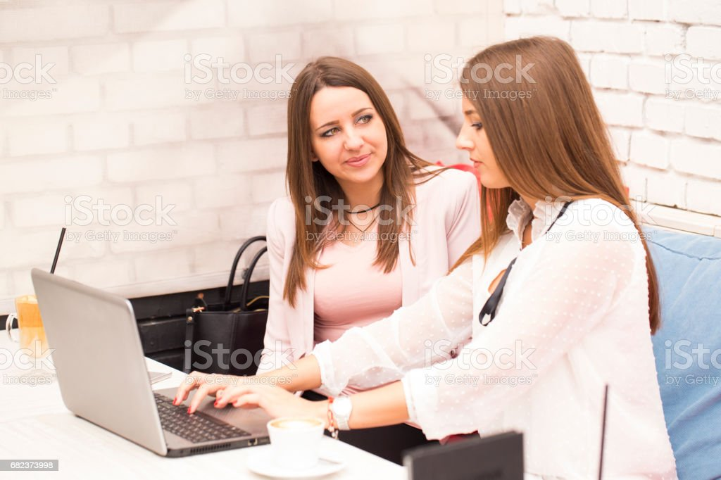 Two young women in a business meeting foto stock royalty-free