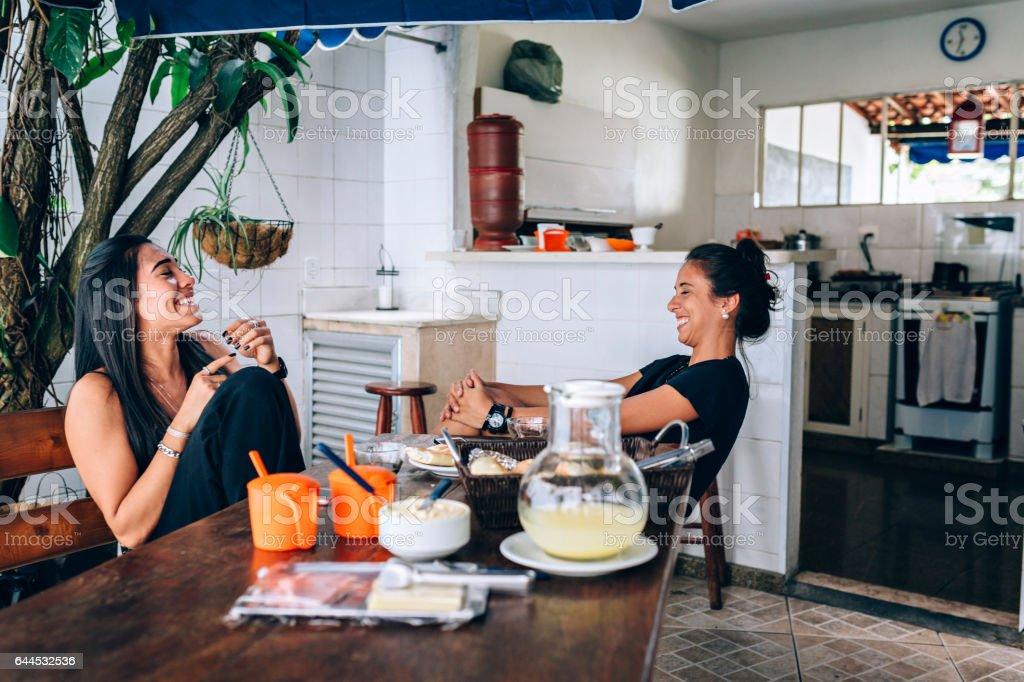 Duas jovens mulheres rindo - foto de acervo