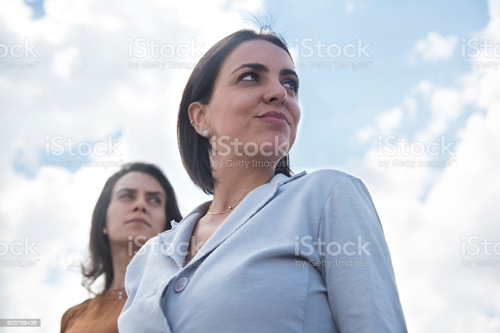 Two young women looking sideways – Foto