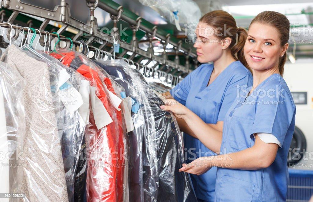 Duas mulheres de roupa durante o trabalho diário - foto de acervo