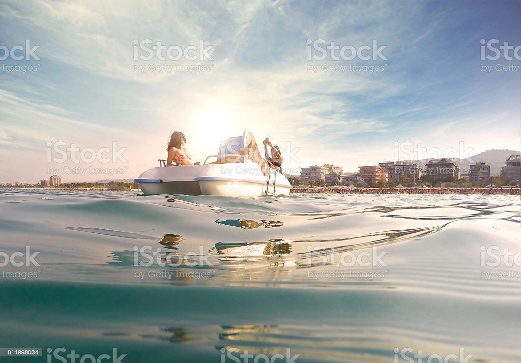 Dos mujeres jóvenes relajantes en bote a pedal - foto de stock