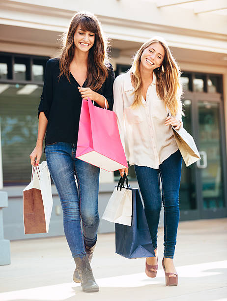 Zwei junge Frauen shopping in der mall – Foto