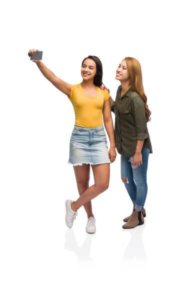 twee jonge vrouwen die een selfie - selfie girl stockfoto's en -beelden