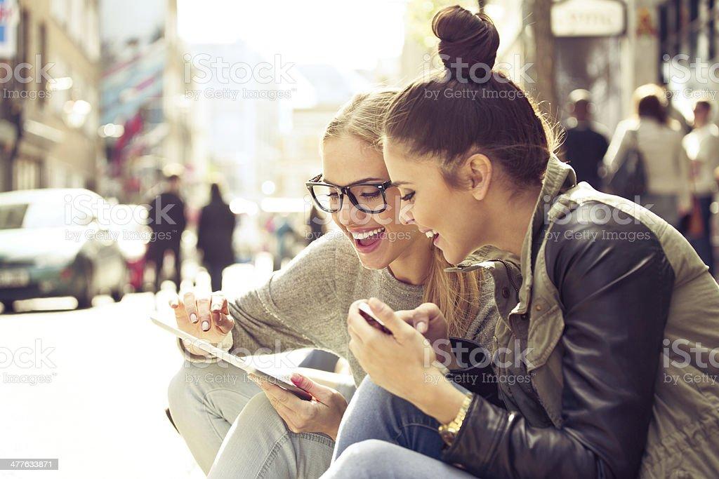 Zwei junge Frauen mit tablet-PC auf Straße Lizenzfreies stock-foto
