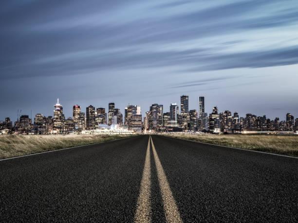 zweispurige Autobahnfahrt in Richtung Vancouver City – Foto