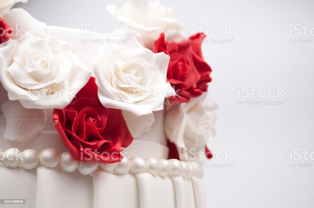 Tarta De Dos Pisos Decorado Con Flores Rojas Y Blancas De Masilla