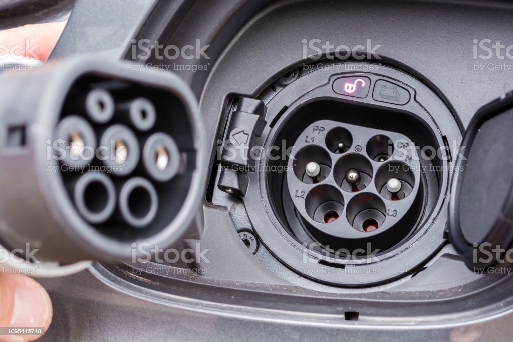 2 enchufe en el conector de carga de un vehículo híbrido foto de stock libre de derechos
