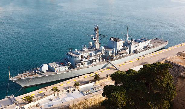 type 23 frigate in the malta grand harbor - fragata - fotografias e filmes do acervo