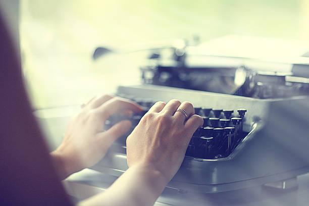 Chica manos de máquina de escribir - foto de stock