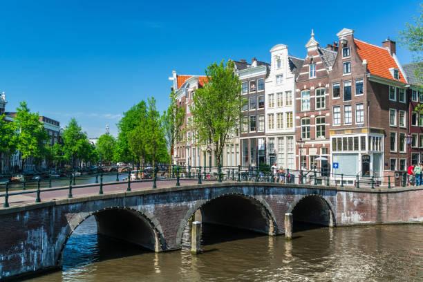 typisch amsterdams tafereel aan de keizersgracht - keizersgracht stockfoto's en -beelden