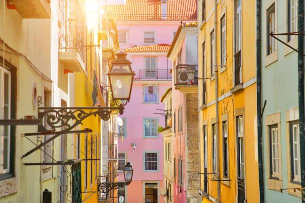 typowa architektura i kolorowe budynki zabytkowego centrum lizbony - lizbona zdjęcia i obrazy z banku zdjęć