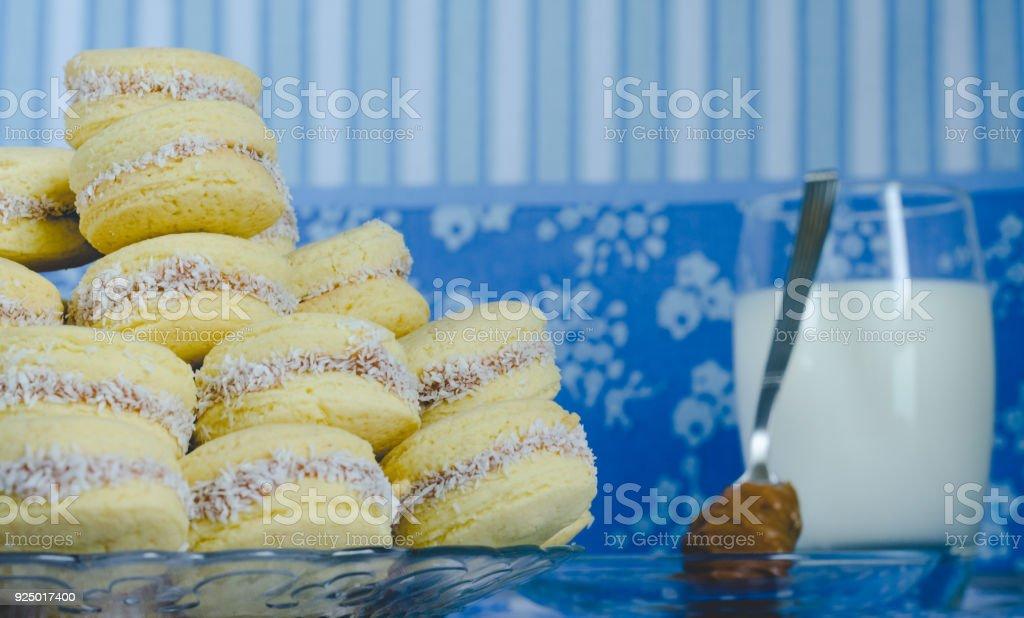 Típico argentino galletas rellenas con caramelo. Galletas de caramelo. - foto de stock