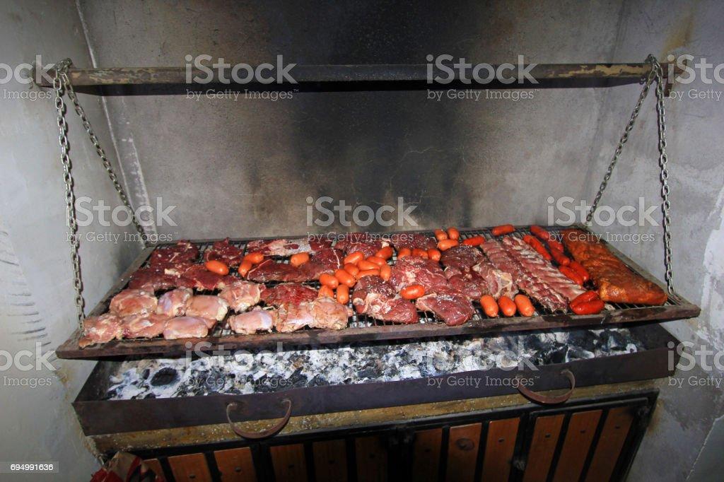 Típico argentino Parrillada BBQ en Argentina o Chile - foto de stock