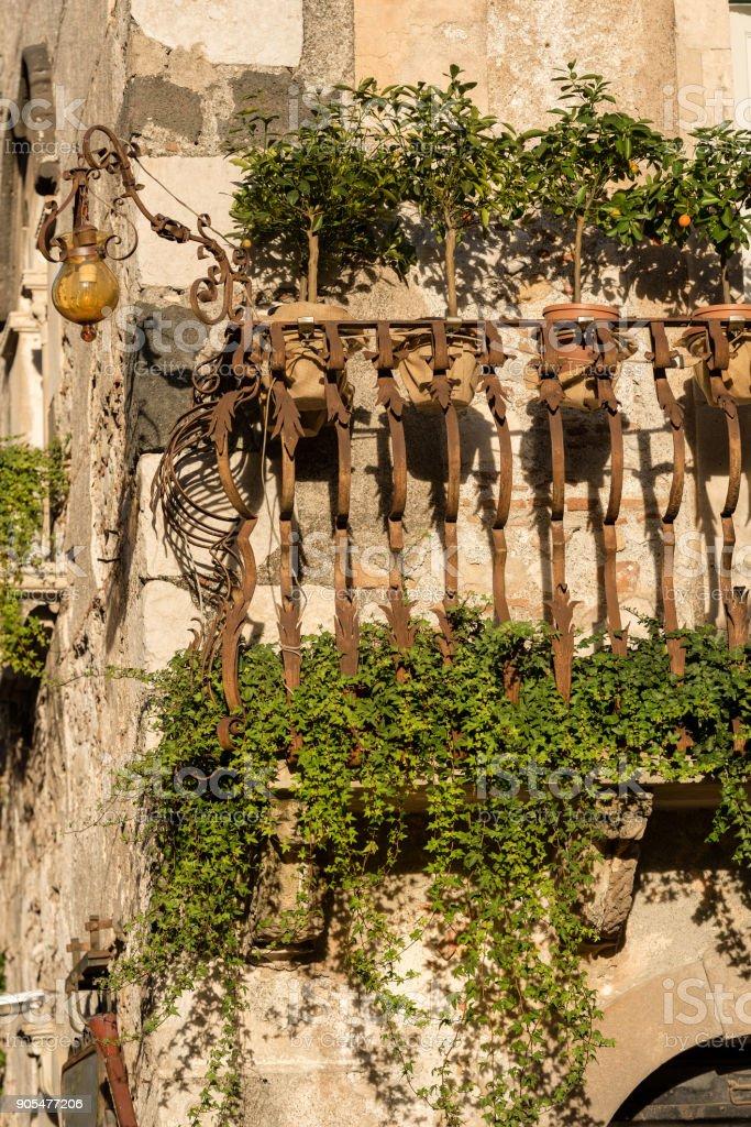 Balcón típico - ciudad de Taormina Sicilia Italia - foto de stock